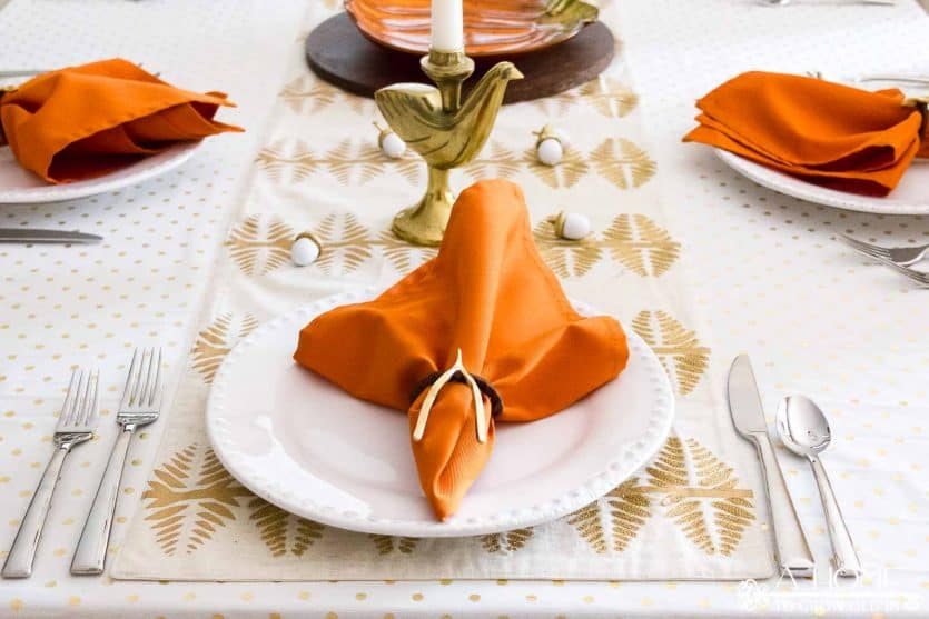 A gold Thanksgiving table looks so elegant, but is simple enough to put together quickly. Click to get great ideas for your Thanksgiving dinner tablescape!