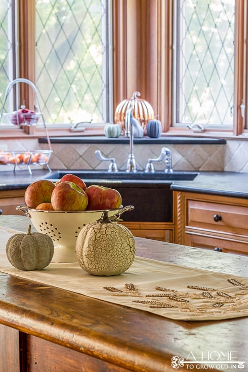 I love how this kitchen is decorated for fall! I can't get over how much great fall home decor inspiration there is here! Definitely pinning for later!
