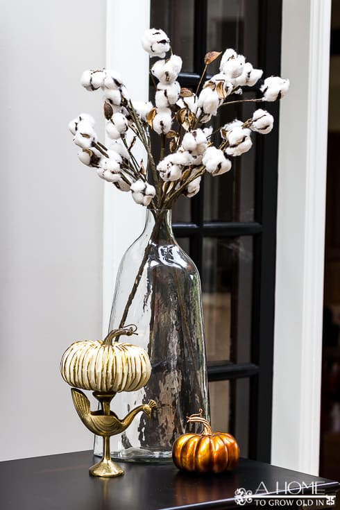Beautiful fall cotton buds displayed in a glass vase with decorative pumpkins looks so fresh and clean. There's so much fall inspiration here! Definitely pinning this for later!