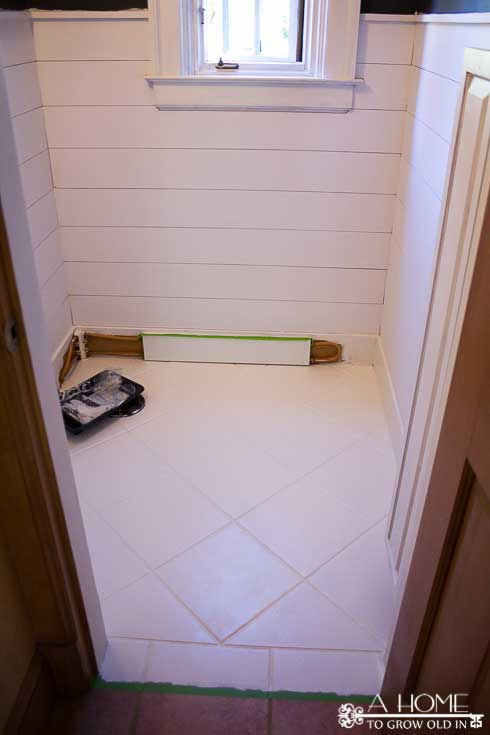 Learn how to get the planked wall or shiplap-look the easy and inexpensive way! It makes such an impact on your room with minimal work. Save this one for later!