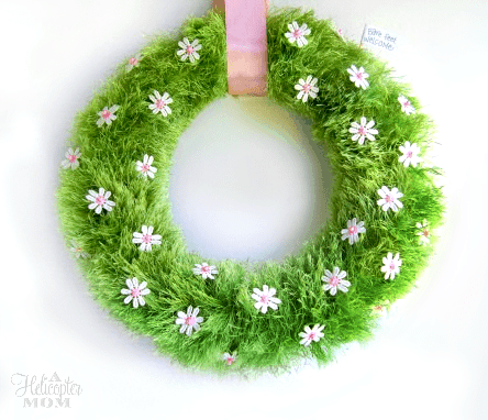 diy spring wreath made out of grass with small daisies